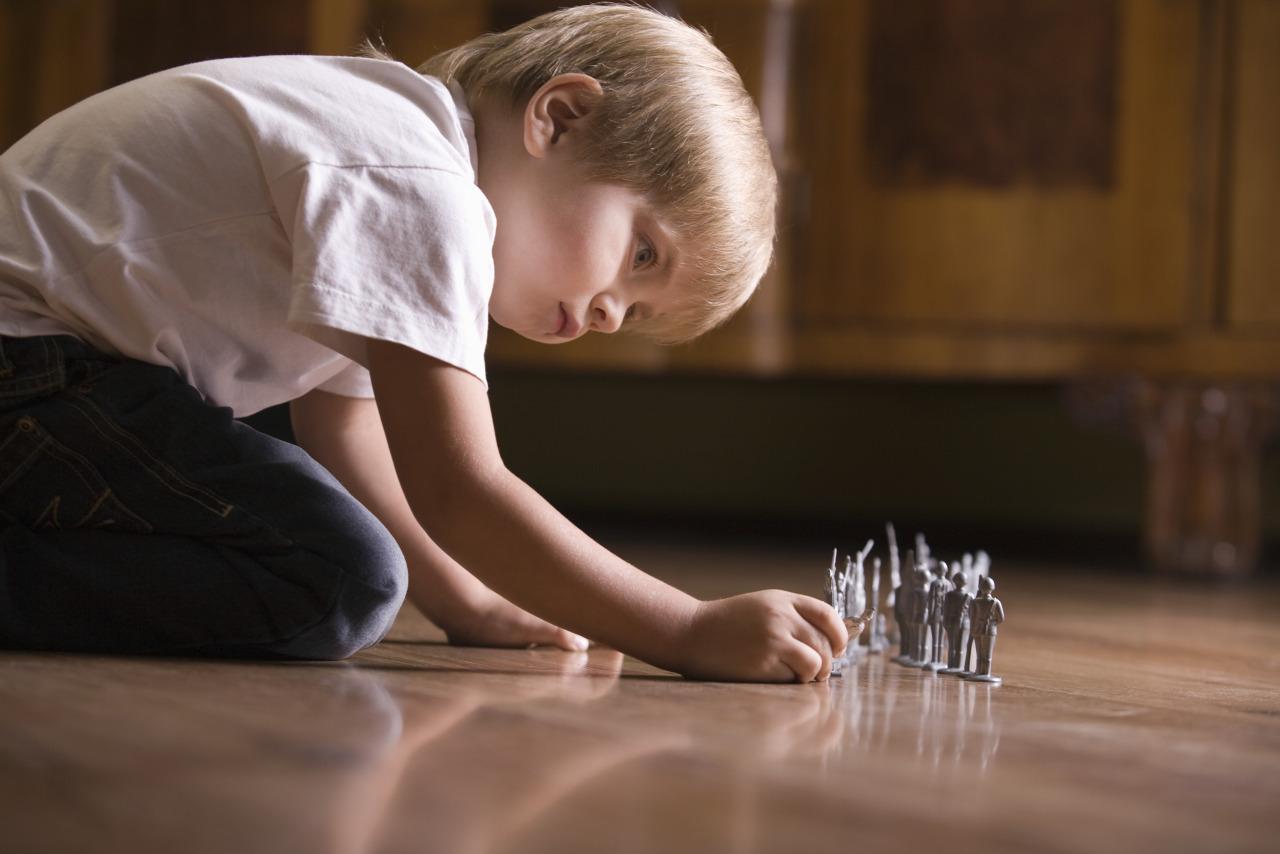 cómo enseñar a jugar solo a un niño